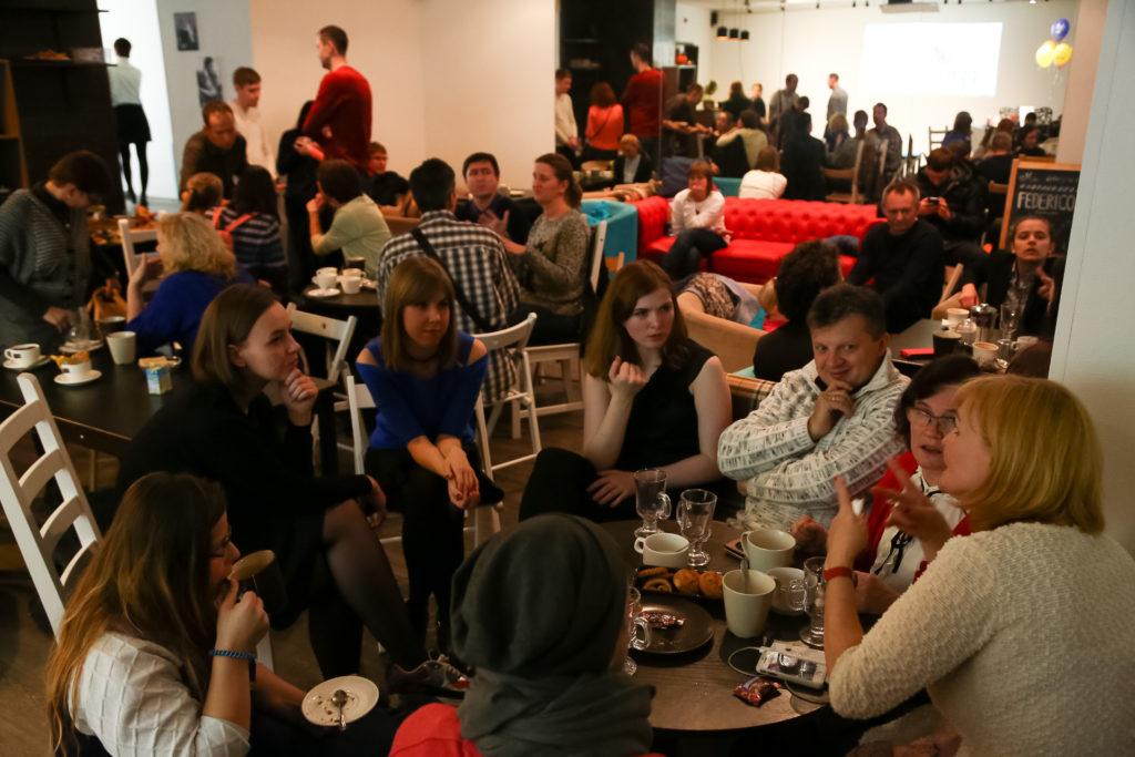 Всех присутствующих угощали вином, чаем и кофе с печеньками.